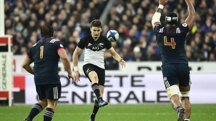 Beauden Barrett à la baguette face à l'équipe de France de Chiocci et Vahaamahina (MIGUEL MEDINA / AFP)