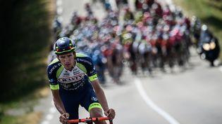 Le coureur français Yoann Offredo, spécialiste des échappées au long cours, se fait reprendre par le peloton lors de l'étape Fougères-Chartres de l'édition 2018 du Tour de France, le 13 juillet 2018. (JEFF PACHOUD / AFP)