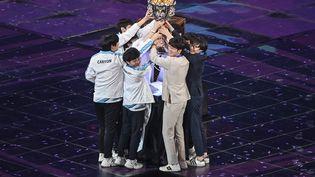 Les joueurssud-coréensde DAMWON Gaming remettent leur titre de champion du monde en jeu, obtenu à Shanghai, le 31 octobre 2020. (HECTOR RETAMAL / AFP)