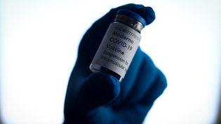 Un flacon du vaccin de Moderna contre le Covid-19, à Varsovie (Pologne), le 31 mars 2021. (JAAP ARRIENS / NURPHOTO / AFP)
