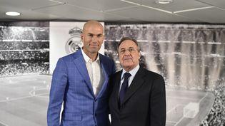 Zinédine Zidane etle président du Real Madrid Florentino Perez après la conférence de presse instituant le Français entrâineur du club, lundi 4 janvier 2016 à Madrid. (GERARD JULIEN / AFP)