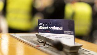 Un prospectus du grand débat national, le 25 janvier 2019, à Meythet (Haute-Savoie). (GR?GORY YETCHMENIZA / MAXPPP)