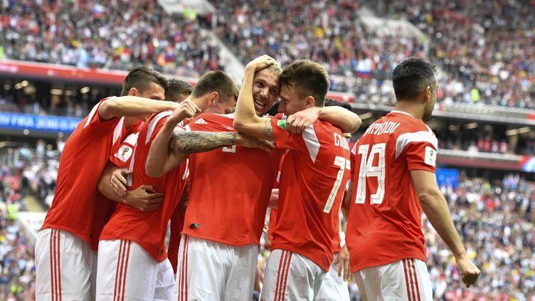 La joie russe après le premier but de la Coupe du monde, signé Gazinsky. (ALEXANDER NEMENOV / AFP)