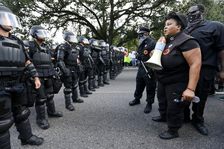 Des manifestants font face aux policiers à Bâton-Rouge (Etats-Unis), samedi 9 juillet 2016. (JONATHAN BACHMAN / REUTERS)