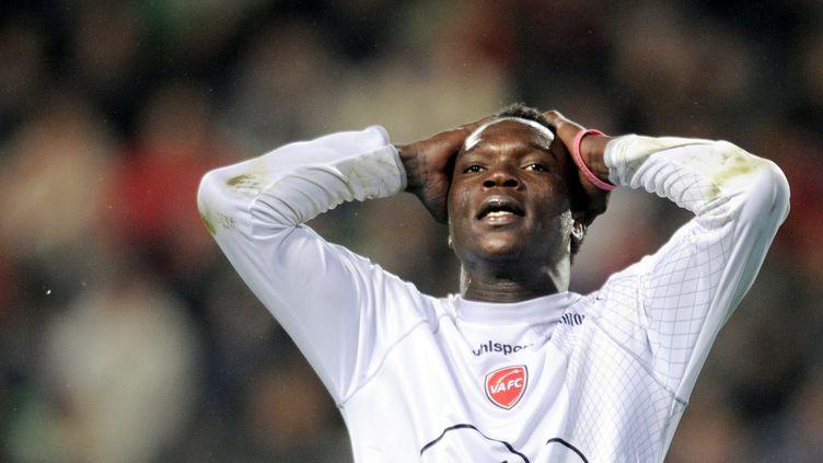 La détresse de l'attaquant valenciennois Vincent Aboubakar, après avoir raté une occasion face à Rennes, le 6 novembre 2011. (Damien Meyer / AFP)