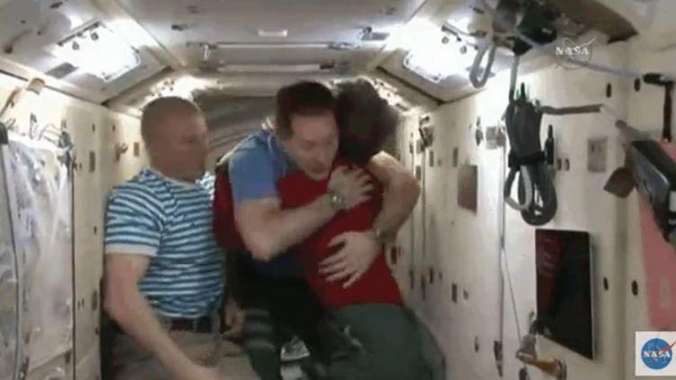 Thomas Pesquet embrasse l'AméricainePeggy Whitson avant de quitter la station spatiale internationale en compagnie du Russe Oleg Novitski. (NASA)