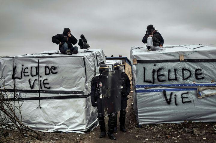 Des policiers arpentent la jungle de Calais (Pas-de-Calais) lors d'une opération de démantèlement, le 1er mars 2016. (PHILIPPE HUGUEN / AFP)