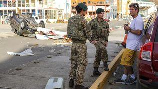 Des militairesRoyal Marinesbritanniques parlent avec un habitant de Tortola dans les Iles Vierges britanniques, le 10 septembre 2017. (AFP PHOTO / CROWN COPYRIGHT 2017 / LPHOTO JOEL ROUSE)