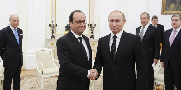 François Hollande et Vladimir Poutine à Moscou, le 26 novembre 2015. Les deux chefs d'Etat ont annoncé que la Russie et la France allaient «coordonner» leurs frappes contre l'Etat islamique en Syrie. (REUTERS)