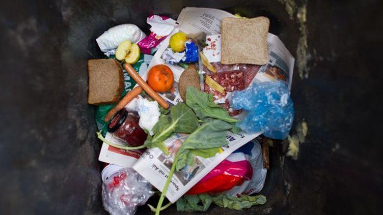 Les Anglais gaspillent l'équivalent d'une boite de haricots par jour et par personne. (PATRICK PLEUL / DPA / AFP)