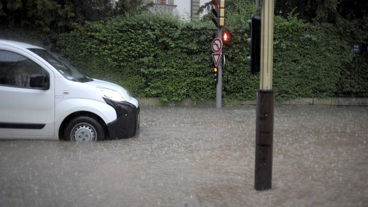 Les fortes pluies, les orages, et la grêle frappent le sud-est de la France samedi 23 novembre. Cela doit durer toute la journée et cette nuit. Un homme de 77 ans est porté disparu. (JEFF PACHOUD / AFP)