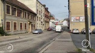 Une rue dans une ville de Moselle. (France 2)