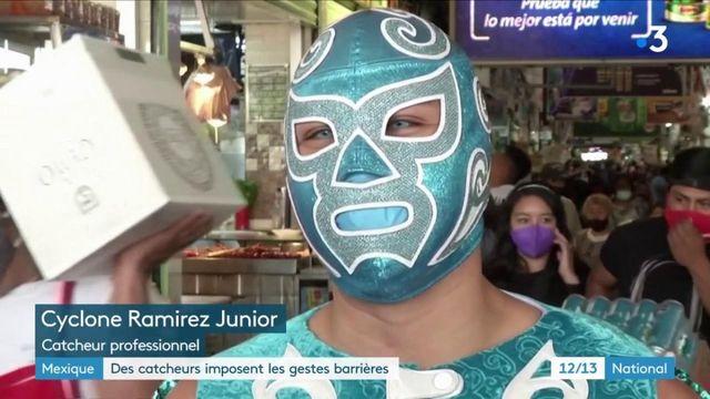 Mexique : les catcheurs professionnels font respecter les gestes-barrières aux habitants