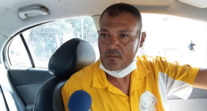 Adel, chauffeur de taxi à Tunis, en juillet 2021. (BENJAMIN THUAU / RADIOFRANCE)