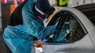 Une personne testée au Covid-19 dans un centre de dépistage en drive, dans le New Jersey, aux Etats-Unis, le 3 décembre 2020. (DAVID DEE DELGADO / GETTY IMAGES NORTH AMERICA / AFP)