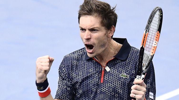 La joie de Nicolas Mahut, qualifié pour le deuxième tour à Bercy (MIGUEL MEDINA / AFP)