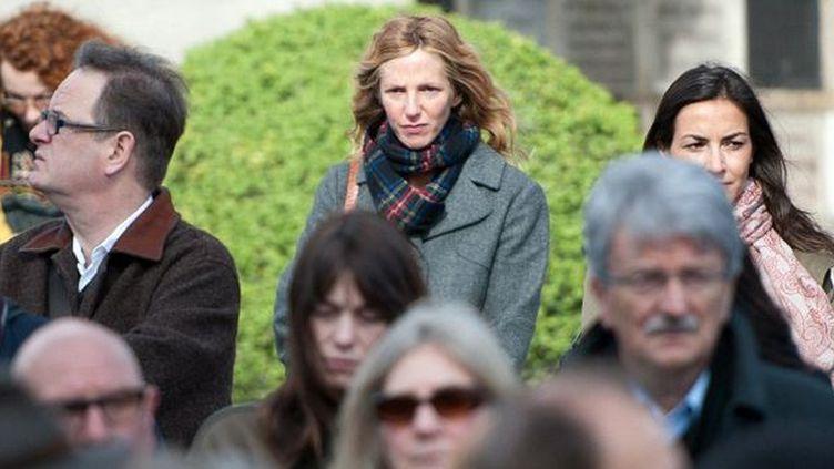 Sandrine Kiberlain et Charlotte Gainsbourg (au centre, en bas) arrivent au Père Lachaise  (BERTRAND LANGLOIS / AFP)