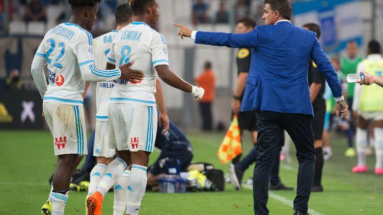Michel donne ses consignes (BERTRAND LANGLOIS / AFP)