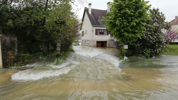 Une route inondée à Buchères, près de Troyes (Aube) le 7 mai 2013. (FRANCOIS NASCIMBENI / AFP)