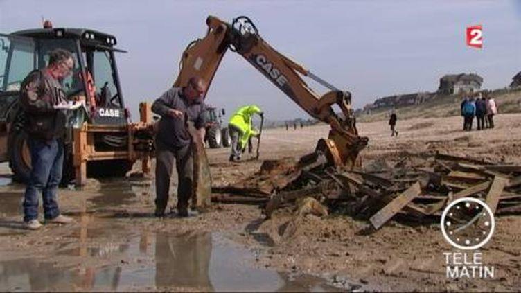 La barge a été découverte sur une plage de Merville. (FRANCE 2)