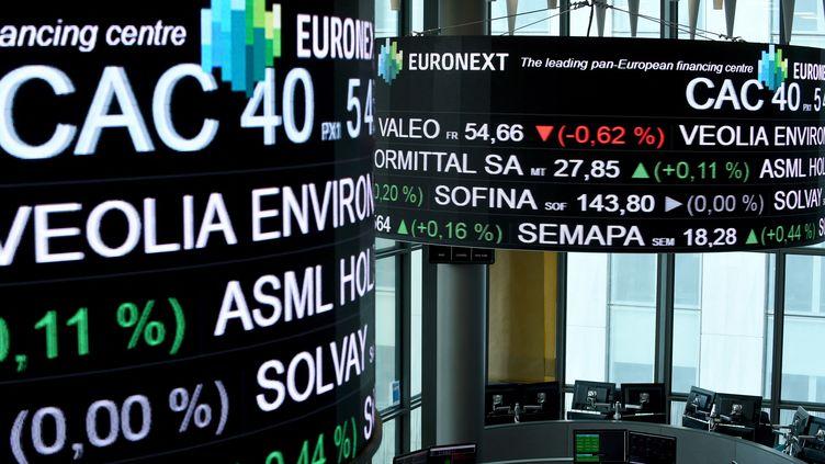 Affichage de différentes cotations chez Euronext à La Défense (Paris). Photo d'illustration. (ERIC PIERMONT / AFP)