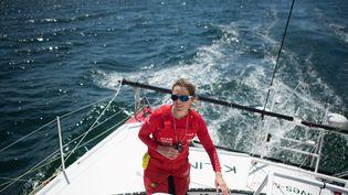 """La navigatrice Samantha Davies sur son bateau""""Initiatives Coeur - K-Line"""" lors d'un entraînement pour préparer le Vendée Globe, le 29 mai 2020. (LOIC VENANCE / AFP)"""