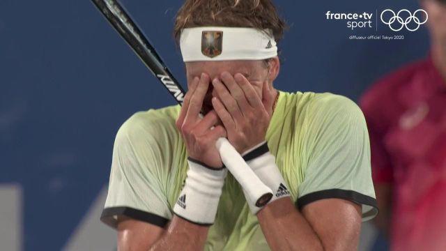 Même lui n'y croit pas ! L'Allemand Zverev parvient à renverser le numéro 1 mondial Novak Djokovic en demi-finale de tournoi olympique. Il retrouvera le Russe Khachanov en finale.