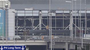 Les vitres du hall de départ de l'aéroport Zaventem de Bruxelles, soufflées par des explosions, le 22 mars 2016. (JOHN THYS / AFP)