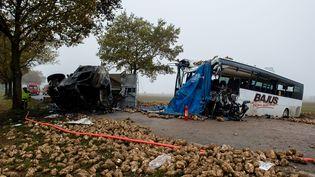 Les lieux de l'accident entre un car scolaire et un camion de betteraves, le 14 novembre 2016 à Bavincourt (Pas-de-Calais). (MAXPPP)