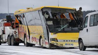 Le bus accidenté est évacué vers Pontarlier, dans le Doubs, le 10 février 2016. (FABRICE COFFRINI / AFP)