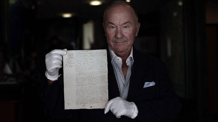 (Gérard Lhéritier, fondateur et patron d'Aristophil, avec un contrat de mariage de Napoléon © Maxppp)