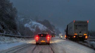 Sur une route du Cantal, mercredi 29 novembre. Les transports en commun ont été interrompus dans ce département durant toute la journée. (MAXPPP)