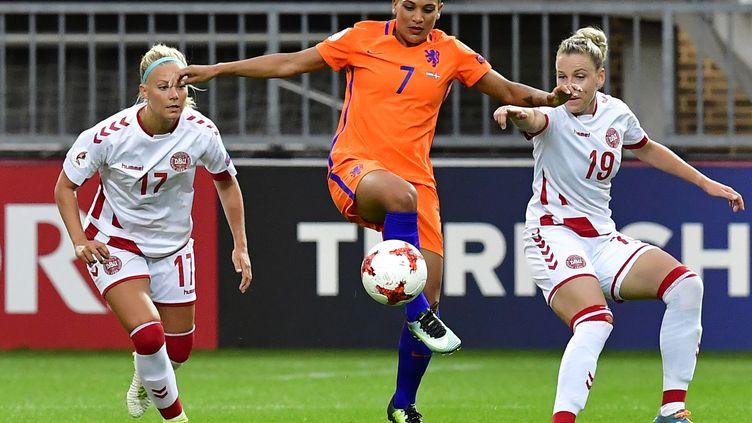 La Néerlandaise Shanice van de Sanden (au centre) aux prises avec les Danoises Line Sigvardsen Jensen (à gauche) et Cecilie Sandvej (à droite).  (TOBIAS SCHWARZ / AFP)