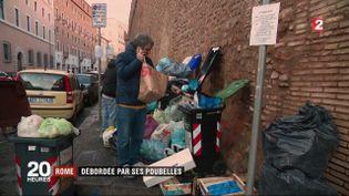 Depuis la fin décembre, les poubelles de Rome, la capitale italienne, débordent. (FRANCE 2)