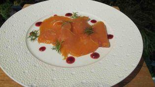 Un saumon fumé, coulis de betterave rouge, citron caviar réalisé par le chef Laurent Pichaureaux ( LAURENT PICHAUREAUX / JEAN-PATRIC MÉNARD)