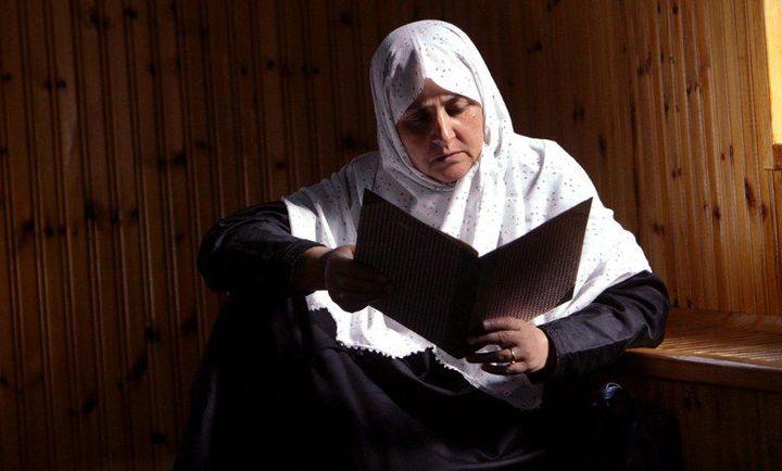 Femme de la minorité musulmane de Grèce, lisant le Coran dans une mosquée de Komotini, dans le nord-est du pays, le 17 octobre 2003. (FAYEZ NURELDINE / AFP)