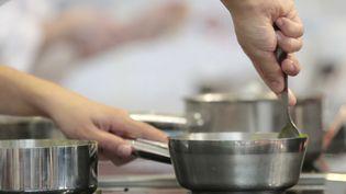 Complément d'enquête. Violences en cuisine, à couteaux tirés (JACQUES DEMARTHON / AFP)