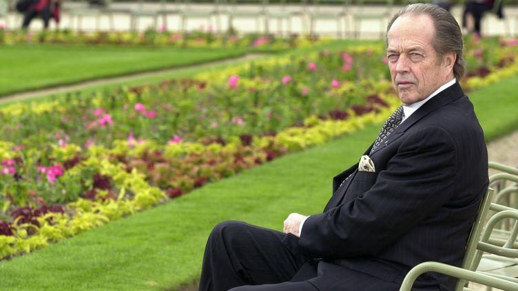 Le comte de Paris, Henri d'Orléans, le 10 janvier 2002 dans les jardins du Sénat, à Paris. (MEHDI FEDOUACH / AFP)