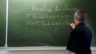 Les horaires de rentrée des classes 2009 pour les lycées, inscrits sur un tableau d'une classe du Lycée de Montesquieu, le 1er septembre 2009 à Bordeaux (JEAN-PIERRE MULLER / AFP)