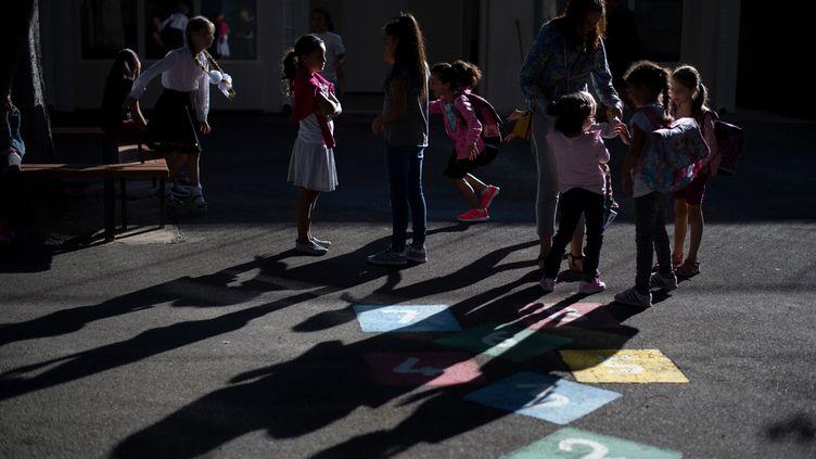 Des enfants jouent dans la cour de l'école Beauchene à Marseille, le 3 septembre 2018. (CHRISTOPHE SIMON / AFP)
