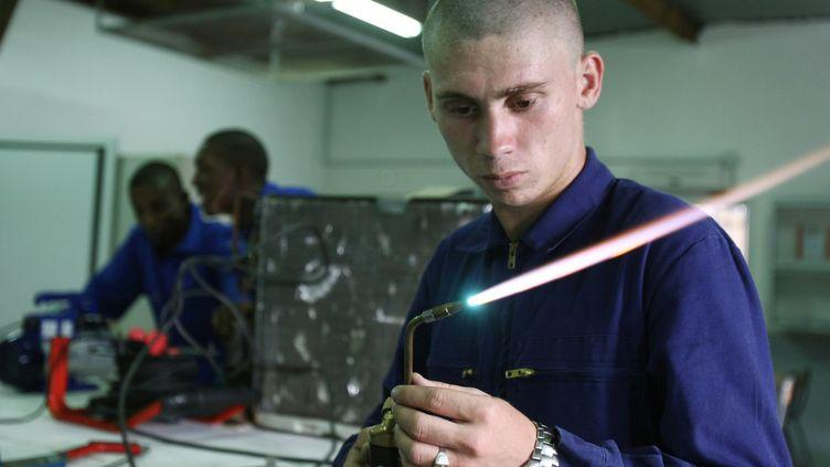 """Emmanuel Macron veut rétablir le service militaire pour les jeunes de 18 à 21 ans qui sont """"aptes"""". (JOEL SAGET / AFP)"""
