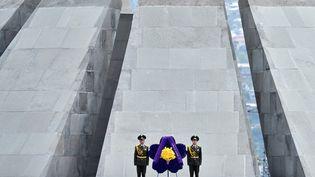 Des soldats lors de commémoration du centenaire du génocide arménien le 24 avril 2015 à Erevan (Arménie). (KIRILL KUDRYAVTSEV / AFP)