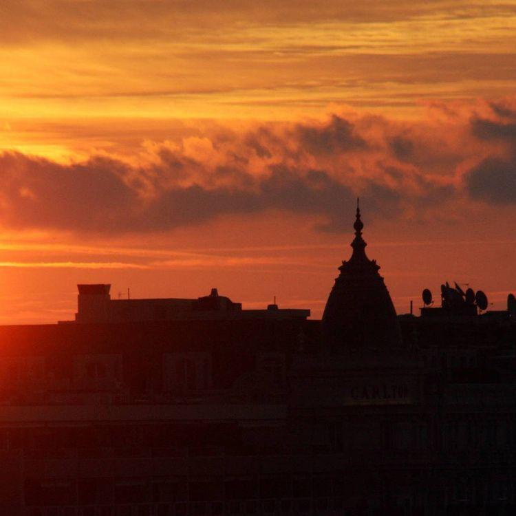 Le Soleil se lève sur Nice (Alpes-Maritimes), le 8 octobre 2009. (SERGE HAOUZI / MAXPPP)