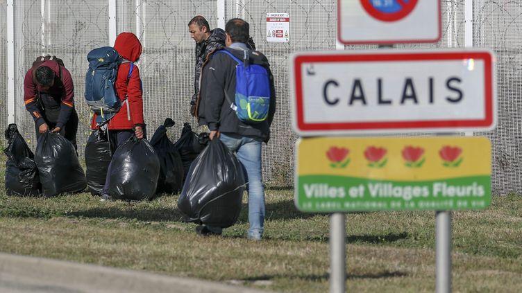 Des migrants arrivent à Calais. (STEVE PARSONS / MAXPPP)
