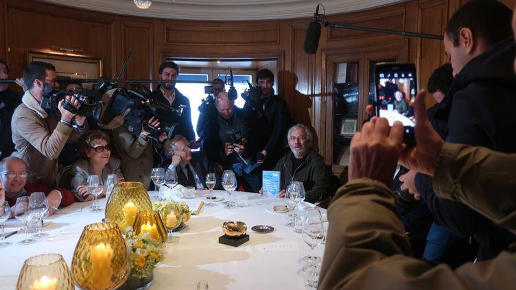 Le romancier Jean-Paul Dubois reçoit son prix Goncourt au restaurant Drouant, le 4 novembre 2019 (Laurence Houot / franceinfo Culture)