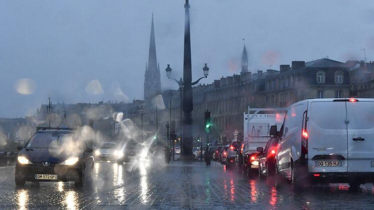 Des voitures roulentsous la pluie, à Bordeaux (Gironde), le 14 octobre 2019. (GEORGES GOBET / AFP)