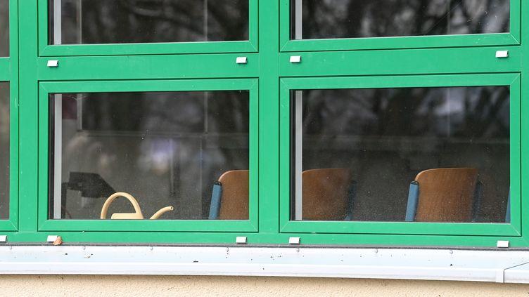 Une classe vide dans un lycée d'Halle sur Saale en Allemagne, le 4 janvier 2021. Photo d'illustration (HENDRIK SCHMIDT / DPA-ZENTRALBILD/ AFP)