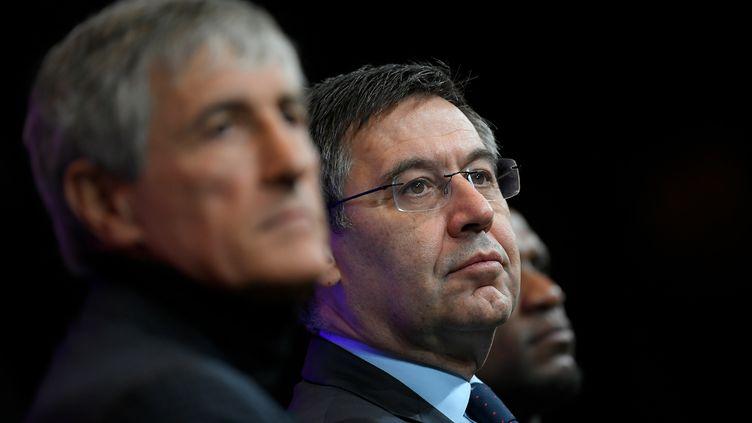 Le président du FC Barcelone, Josep Bartomeu (au deuxième plan), a convoqué un comité de direction extraordinaire ce lundi, notamment pour régler le cas de Quique Setien (au premier plan). (LLUIS GENE / AFP)