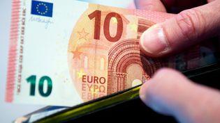 Le nouveau billet de 10 euros présenté à Francfort, en Allemagne, le 7 mai 2014. (BORIS ROESSLER / DPA / AFP)