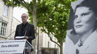 """Patrick Modiano inaugure la """"Promenade Dora Bruder"""" à Paris le 1er juin 2015.  (Martin Bureau / AFP)"""